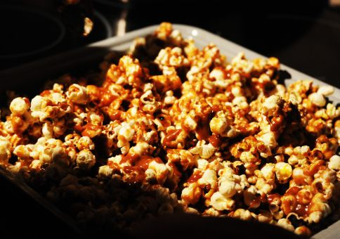 220) Make caramelized popcorn